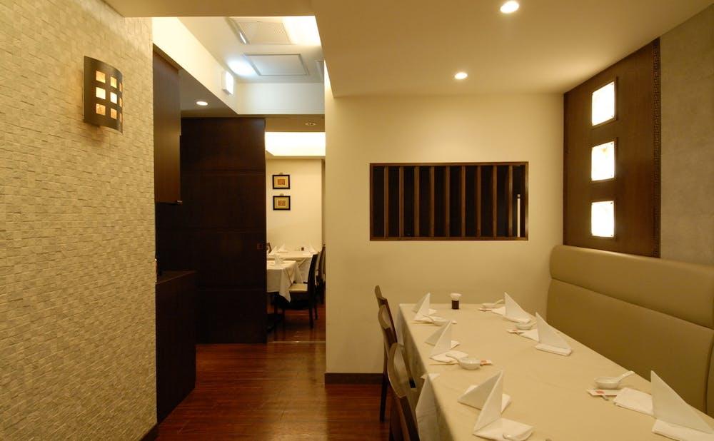 「中国料理 礼華 新宿御苑店」のテーブル席