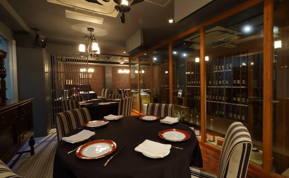 「レストラン アロム」のテーブル
