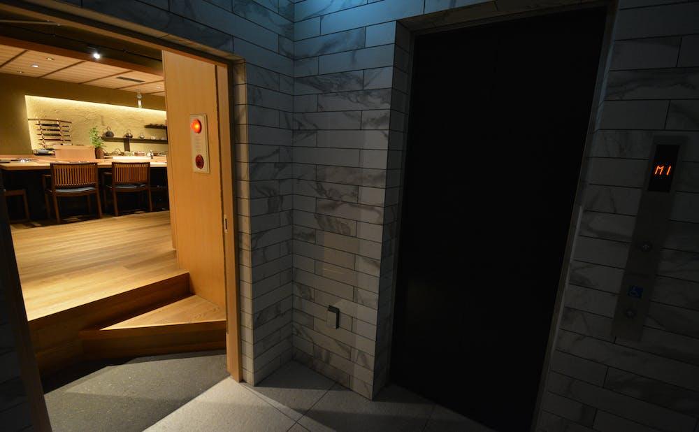 「日本焼肉 はせ川 表参道店」のエレベーターホール