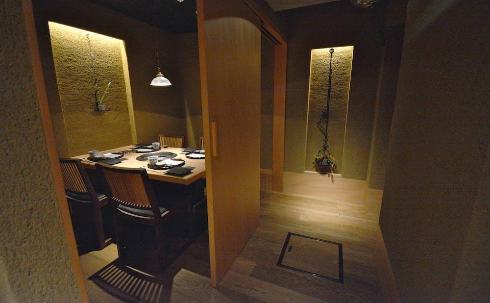 「日本焼肉 はせ川 表参道店」の個室と廊下