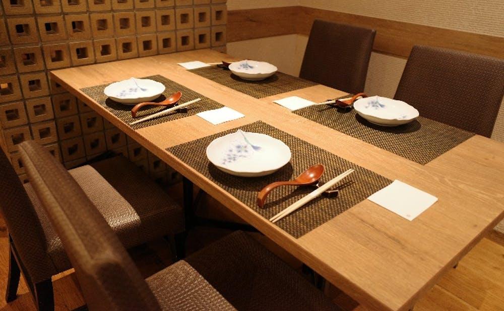 「東京チャイニーズ 一凛」のテーブル席