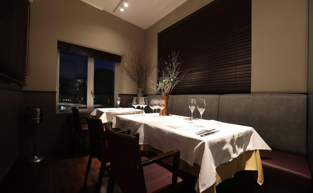 「KINOE」のテーブル席