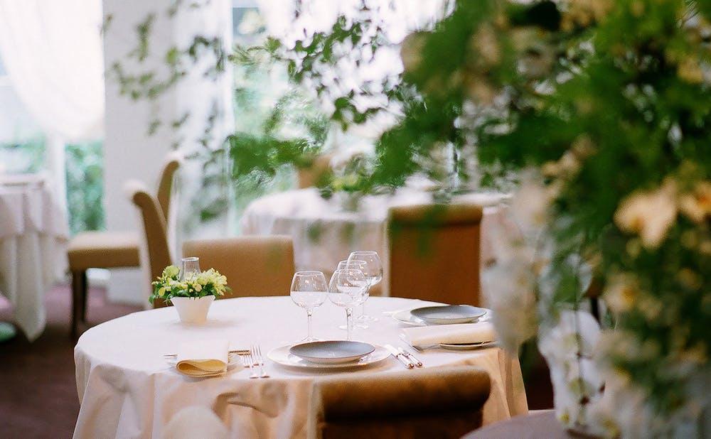 「オテル・ドゥ・ミクニ」のテーブル席