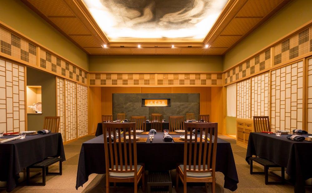 「日本料理 龍吟」の店内