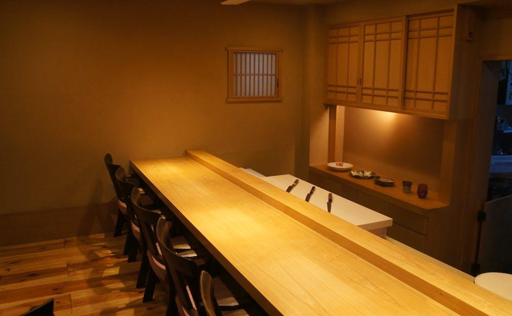 鮨 弥栄のカウンター席