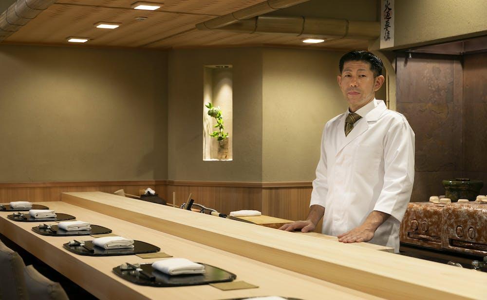 よし澤のカウンターと、大将の吉澤定久氏