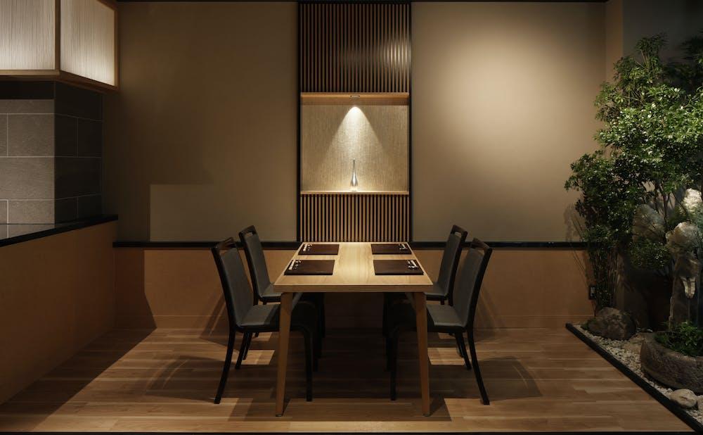 「六丁目 蟹みつ」のテーブル席