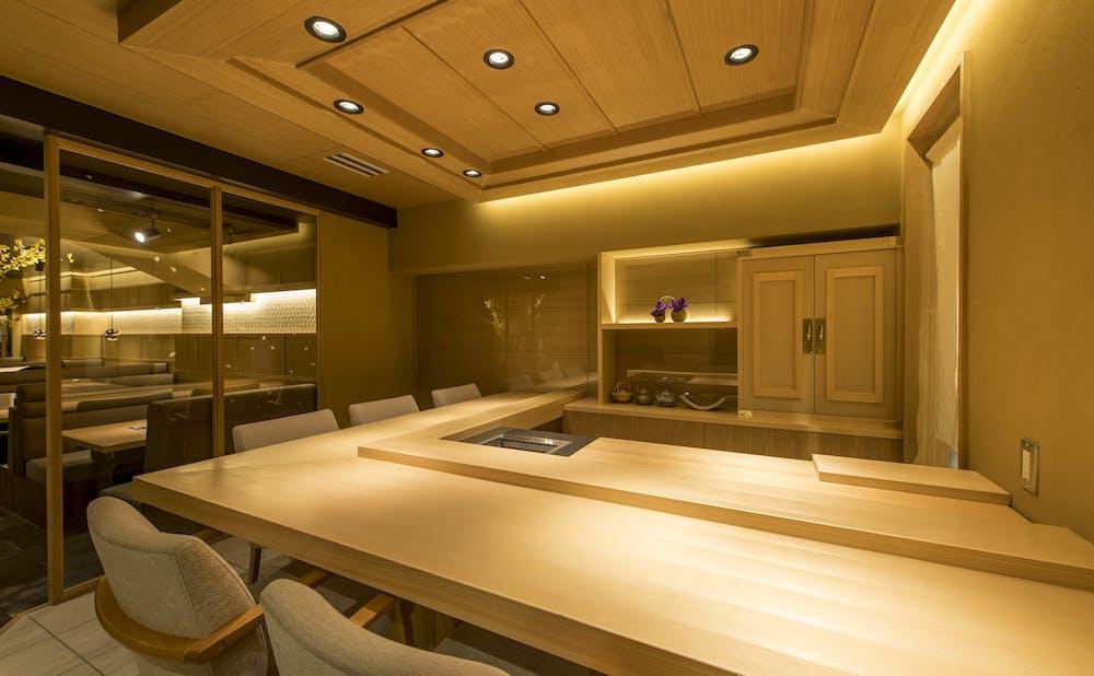 焼肉 強小亭 GINZAのスタイリッシュなカウンターテーブル