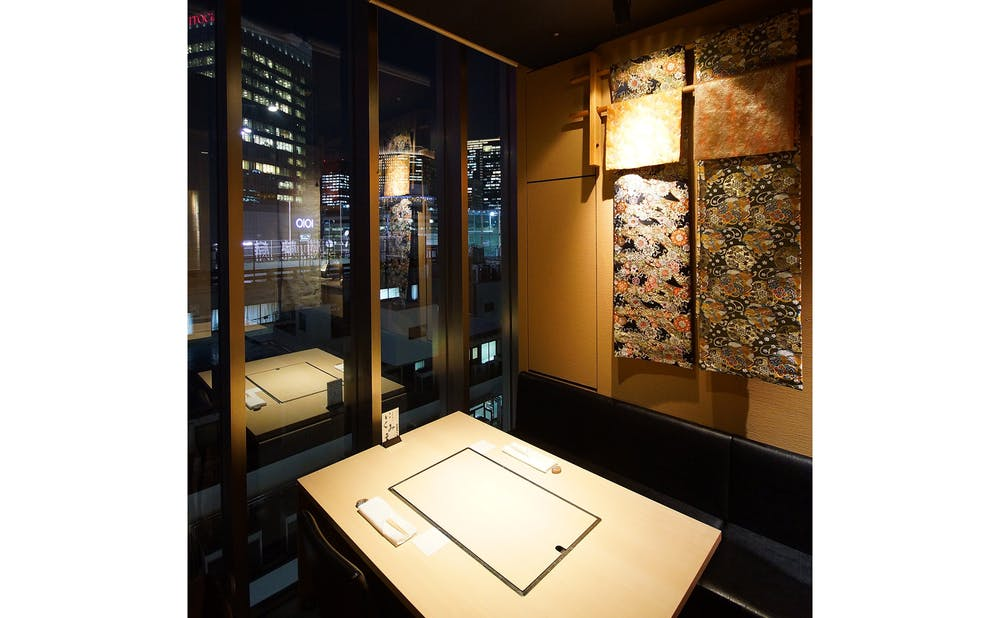 和食鉄板 銀座 朔月の窓付きの天井高のある個室