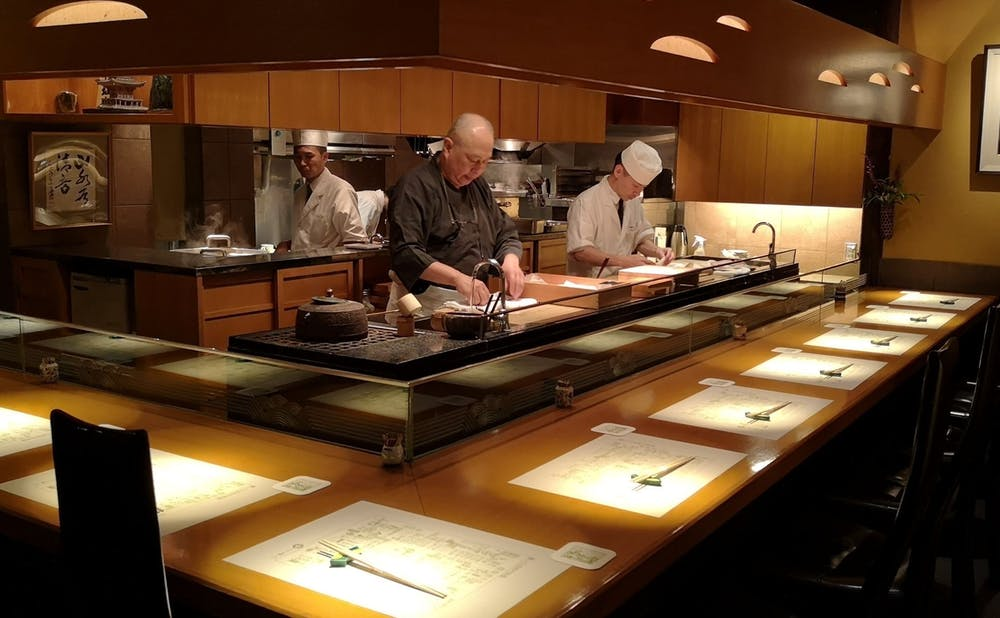 「浪速割烹 喜川」の厨房に立つ店主・上野修氏